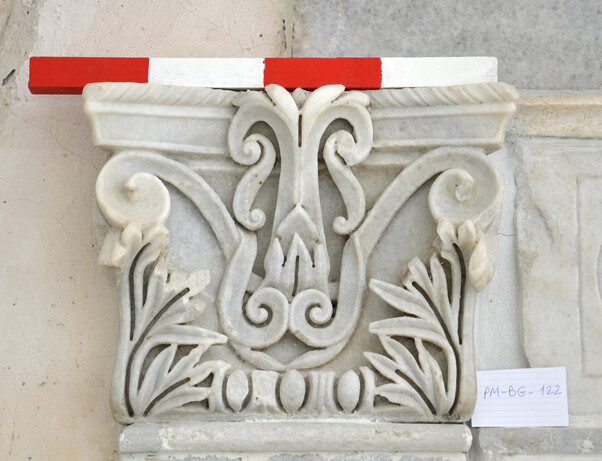 Pilaster capitals of the marble wall revetment (photo: OeAW-OeAI/Vasiliki Anevlavi)